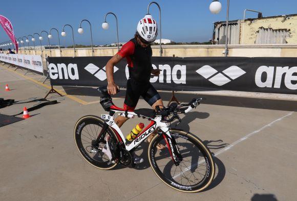 Luca Gargiulo durante una gara di triathlon con le ruote Metron.